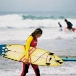 mujer haciendo surf